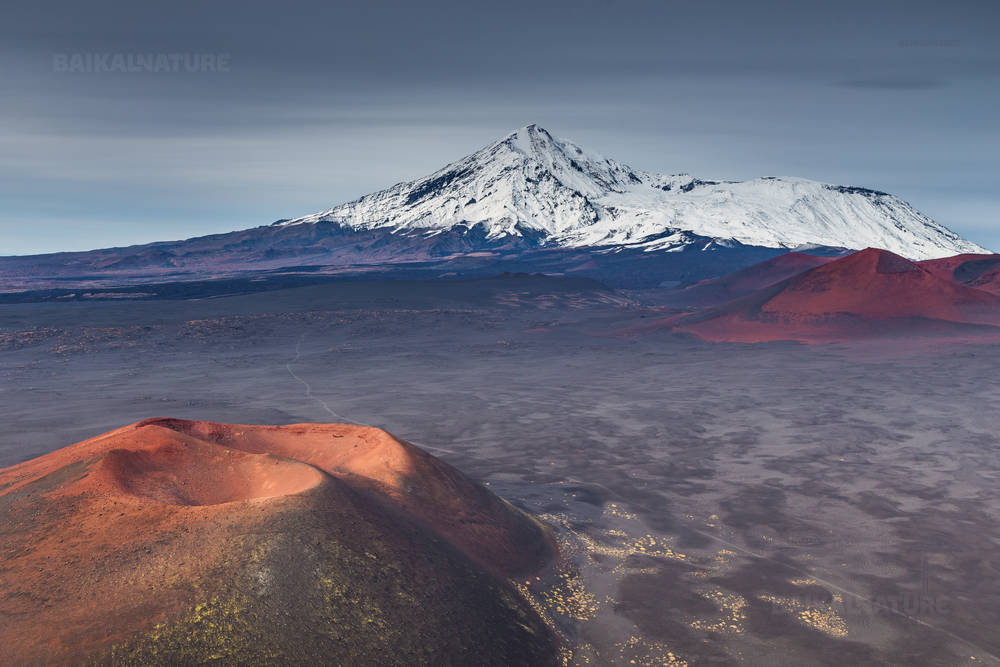 Лунный пейзаж. Небольшой кратер на переднем планем и Толбачинский  вулканический массив на заднем плане. Камчатка.