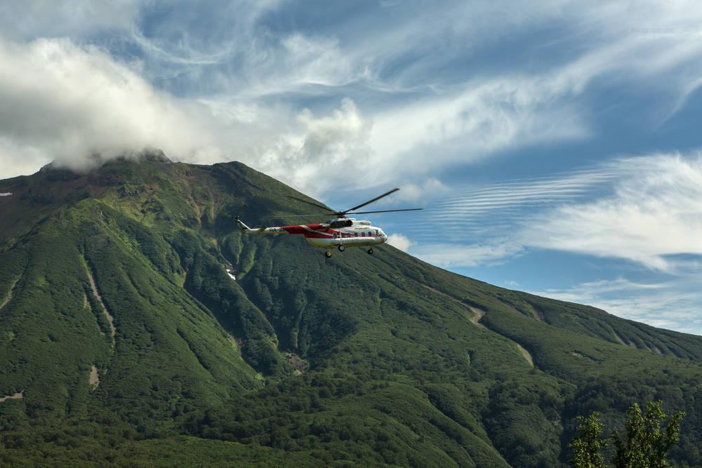 Камчатка. 13.08.16 туристический вертолет 2016 на фоне  вулкана Приемыш. Южно-Камчатский Природный Парк.