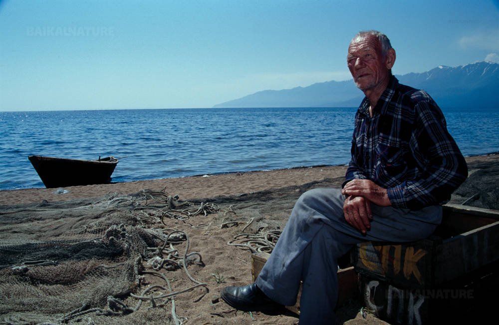 Старый рыбак на берегу Баргузинского залива