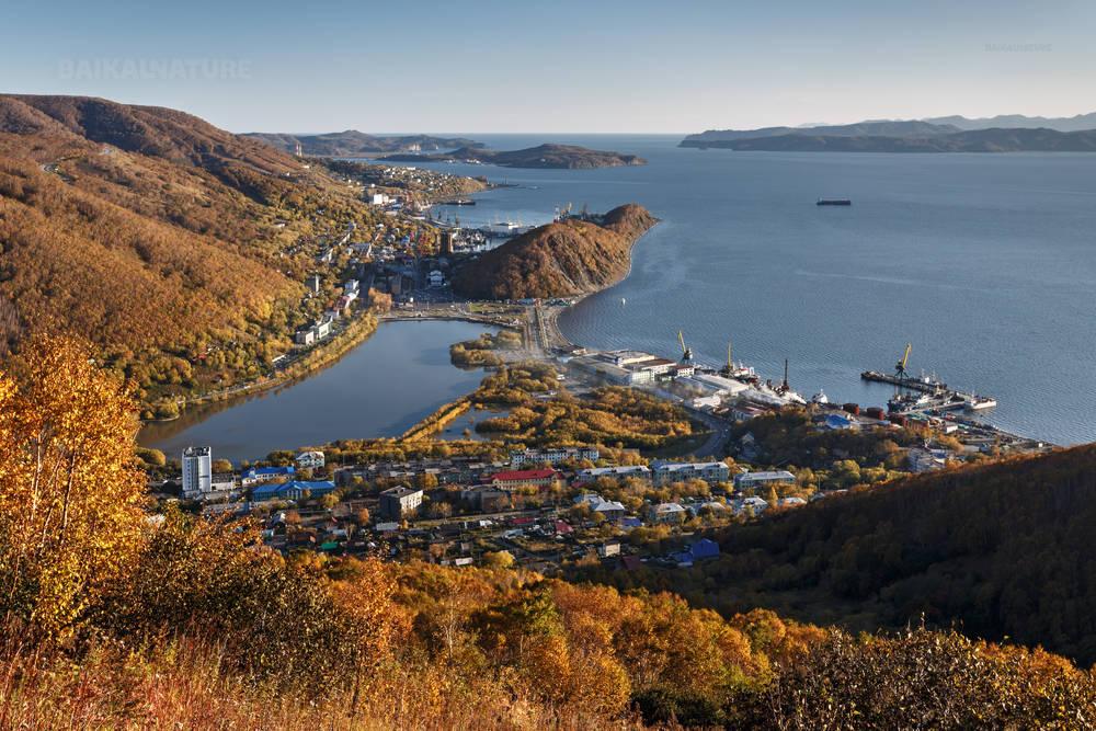 Живописный вид с высоты на Петропавловск-Камчатский и Авачинскую бухту осенью. Камчатка.