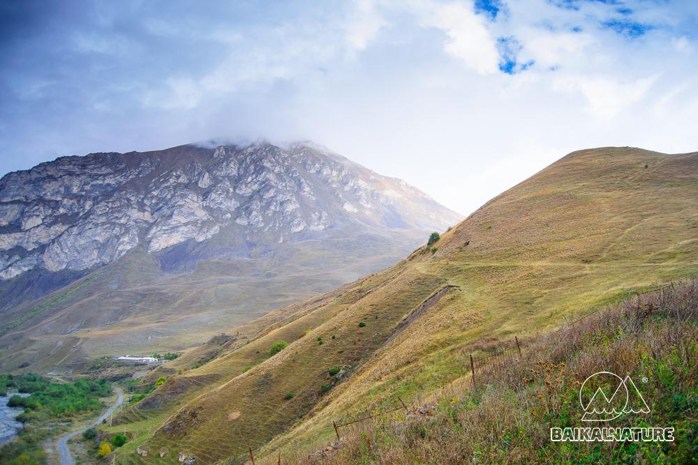 Красивый вид на горы Северной Осетии - Алания.