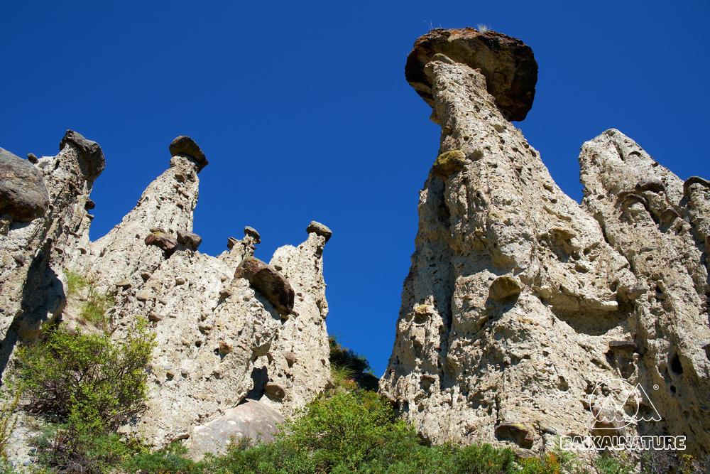 Природа, чудо каменные грибы и скалы в Горном Алтае возле реки Чулышман.