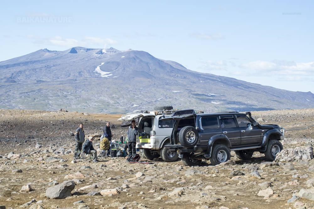 Камчатка, Россия - 10 сентября 2014 года; группа туристов на джипах устроить пикник у подножия вулкана Горелый. Камчатка.