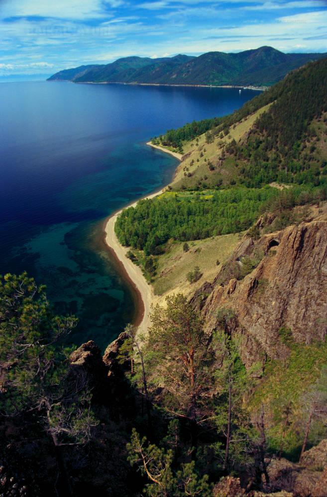 Вид на южное побережье Байкала со скалы Скрипер